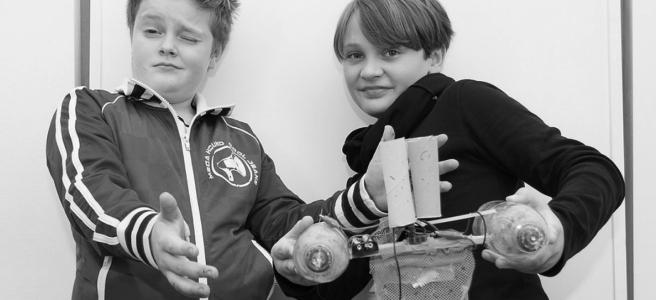 Designathon 2014: Zwei junge Erfinder und ein plastikfischender Katamaran (Foto: DesignWorks)